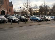 Voorzijde kerkplein beerse wordt goed gebruikt als parking